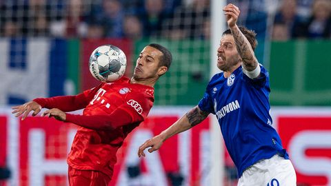 Im März 2020 trafen die Bayern, hier mit Thiago (l.), zuletzt auf Schalke, hier mit Guido Burgstaller