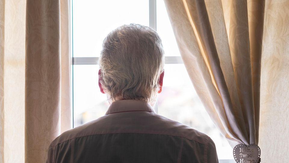 Alter Mann am Fenster