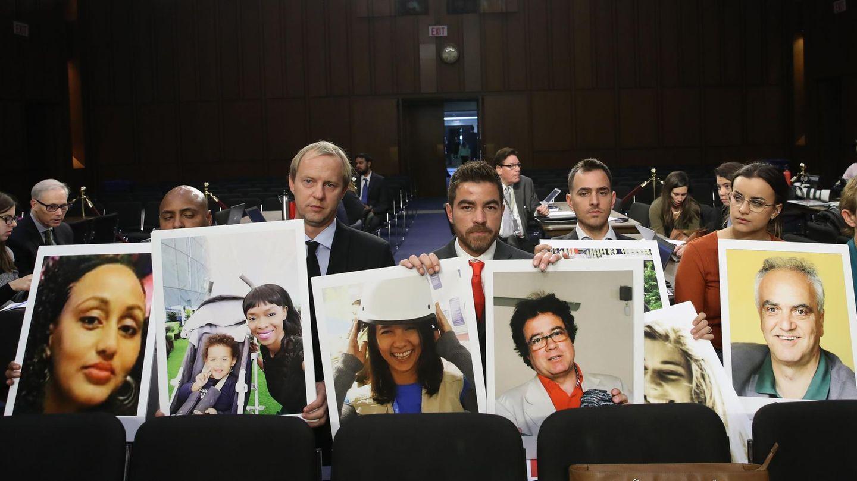 Beim Hearing in Washington D.C. im Oktober 2019: Angehörige von Opfern der abgestürzten Boeing 737 Maxvon Ethiopian Airlines zeigen Fotografien der ums Leben gekommenen Passagiere.