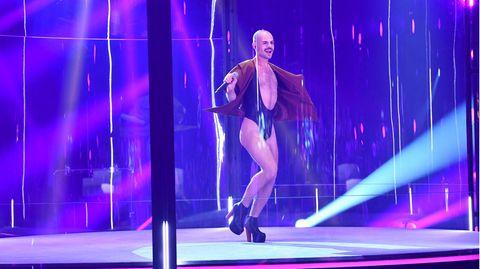 Basti lässt den Borat-Bikini wiederaufleben, ist gut bei Gesäß und Stimme