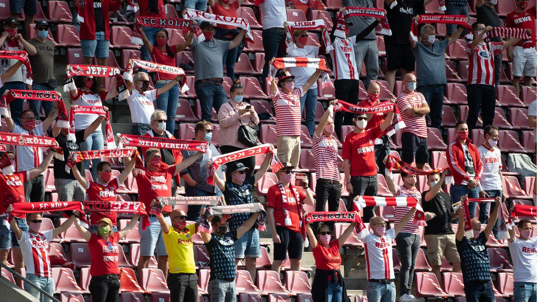 Mit Abstand und Mundschutz: Fans des 1.FC Köln während des Pokalspiels gegen VSG Altglienicke