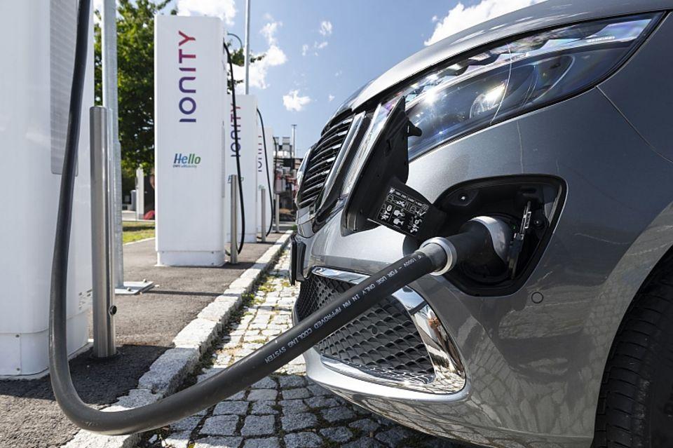 Der Mercedes EQV 300 kann mit bis zu 110 kW geladen werden