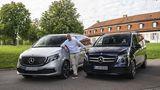 Zwei ungleiche Brüder: Der Mercedes EQV 300 (links) hat in der Stadt definitiv seine Vorteile. Die V-Klasse ist auf Langstrecken