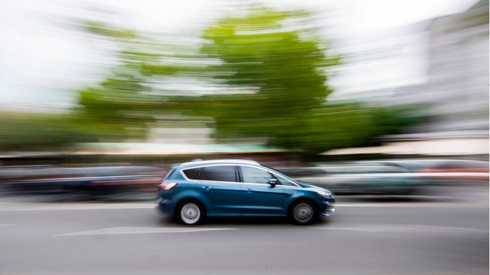 Ein Auto fährt innerorts über die Hildesheimer Straße in Hannover