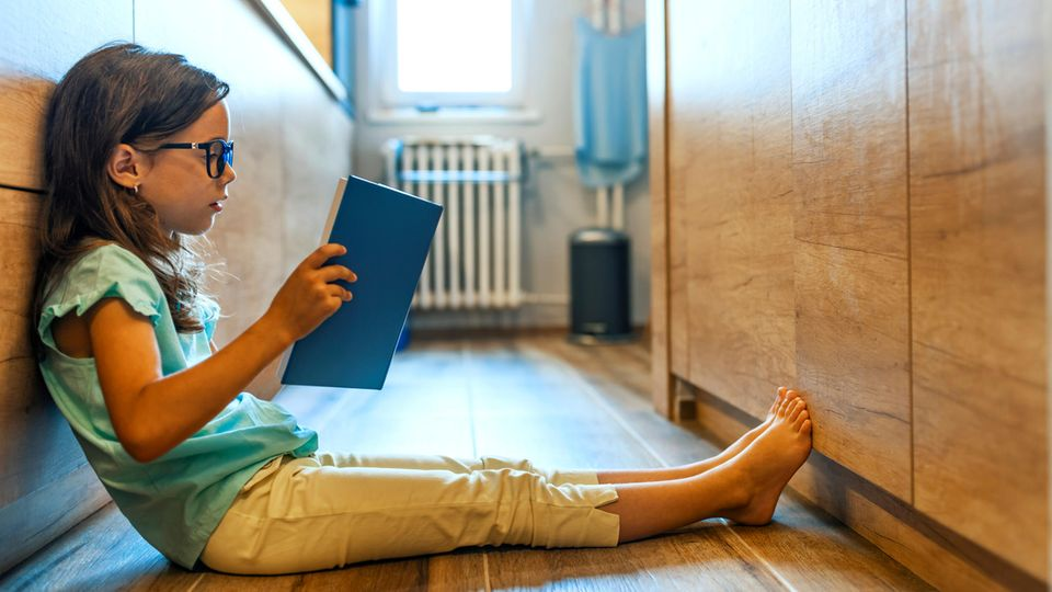 Mädchen liest ein Buch