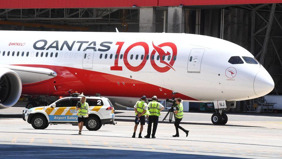 Eine Boeing 787-9 von Qantas vor dem Hangar der Qantas Sydney Jet Base