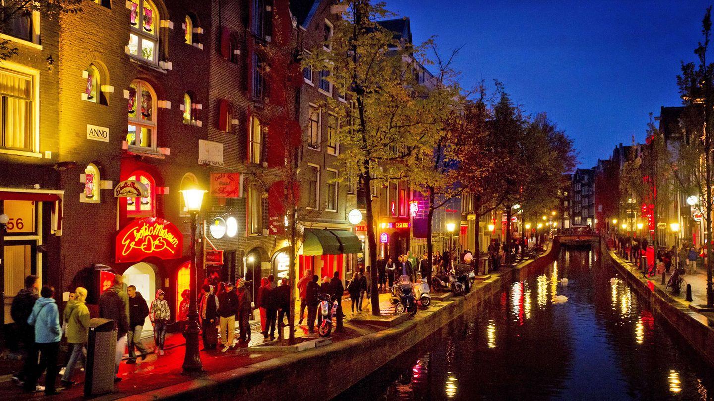 Vor Conora-Zeiten ohne Abstand und Maske: Amsterdam-Besucher schlendern durch dasRotlichtviertelDe Wallen