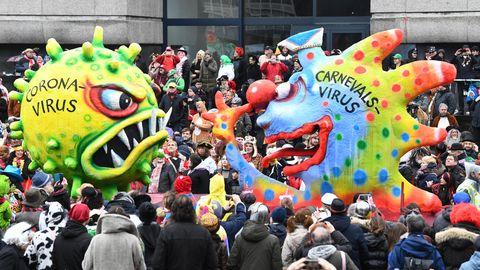 Motivwagen zum Coronavirus beim diesjährigen Rosenmontagszug in Düsseldorf