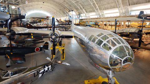 """Heute steht die """"Enola Gay"""" im Udvar-Hazy Center, einer Außenstelle des National Air and Space Museum am Dulles Airport bei Wasgington D.C."""