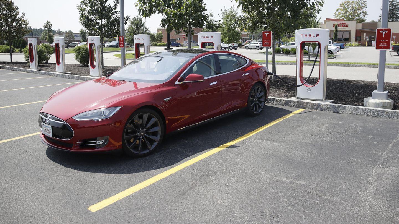 Ein Tesla Model S an der Ladesäule. Das Auto darf in Kanada autonom fahren, der Fahrer muss jedoch die Hände am Lenkrad haben.