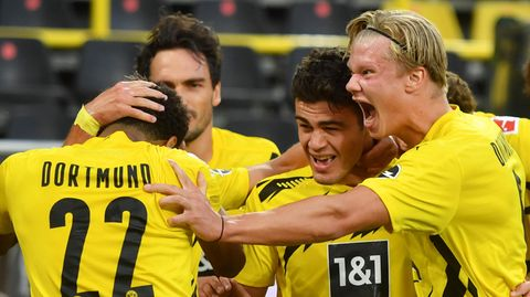 Dortmunds Giovanni Reyna (2.v.r.), 17 Jahre alt,bejubelt sein Tor zum 1:0mit den beiden anderen sehr jungen BVB-Profis Jude Bellingham, 17,und Erling Haaland (r.), 20. Mats Hummels (2.v.l.) istmit 31 Jahrensowas wie der Elder Statesman des Jubelhaufens.