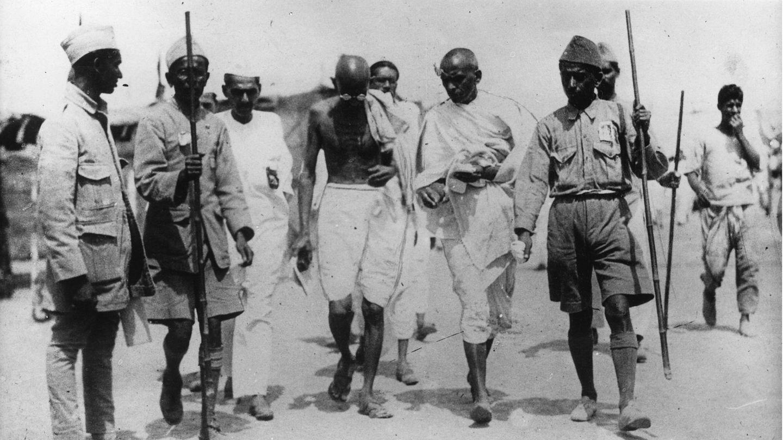 Der indische Pazifist Mahatma Gandhi verlässt das Gefängnis in Poona nach einem zweiwöchigem Hungerstreik