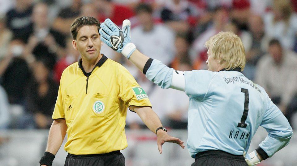 Das Bild zeigt Schiedsrichter Manuel Gräfe und Bayern-Torwart Oliver Kahn am ersten Spieltag der Saison 2005/06