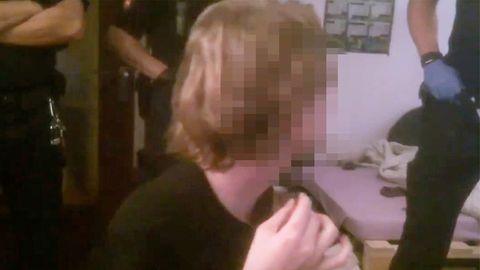 Ein Beamter der Polizei Göttingen schlägt einem 19-Jahrigen ohne Vorwarnung ins Gesicht.