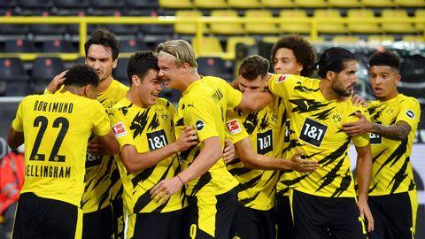 Die Dortmunder jubeln nach dem Treffer zum 1:0 gegen Borussia Mönchengladbach durch den Giovanni Reyna (3.v.l.)