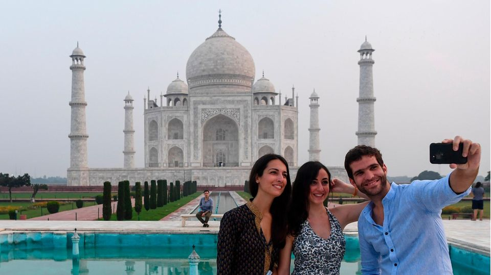 Agra, Indien. Endlich wieder ein Selfie mit Weltwunder: Der Taj Mahal hat sechs Monate nach seiner Sperrung wegen der Corona-Pandemiewieder seine Pforten für Touristen geöffnet. DasMausoleum wurde von 1631 bis 1648 vom fünften Großmogul Shah Jahan für seineverstorbene Frau Mumtaz Mahal erbaut und zählt zu den sieben Weltwundern der Moderne.