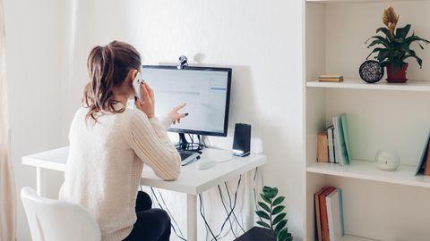 Frau arbeitet im Homeoffice an einem Schreibtisch