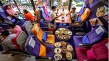 Die Bestuhlung im gesamten Pop-up-Restaurant besteht fast nur aus ausrangierten Sitzen der Economy Class