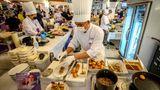 Bis zu 2000 Essen werden jeden Tag in der Küche des Pop-up-Restaurants vorbereitet