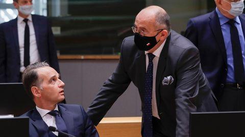 Heiko Maas (SPD, l.), Bundesaußenminister, spricht mit Zbigniew Rau, Außenminister von Polen