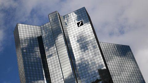 Wolken ziehen über der Zentrale der Deutschen Bank im Frankfurter Bankenviertel hinweg