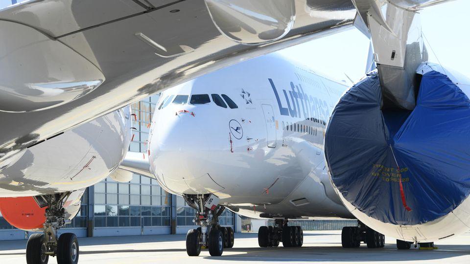 """Bleiben für immer am Boden: Die 14 Airbus A380 der Lufthansa. Am Montag beschloss der Vorstand des Unternehmens die """"Ausflottung"""" des doppelstöckigen Flugzeuges - denLangzeitparkmodus für das Flaggschiff."""
