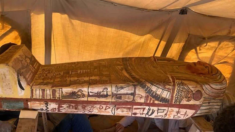 Ein antiker Sarkophag in der bekannten Grabstätte Sakkara