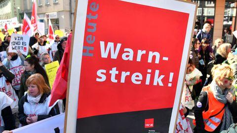25.02.2019, Thüringen, Jena: Streikende aus dem öffentlichen Dienst laufen demonstrierend durch die Innenstadt