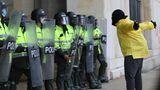 Bogota, Kolumbien.Ein Demonstrant macht während einerProtestaktioneiner Gruppe vonPolizisten deutlich, was er von ihrem Einsatz hält. Gewerkschaften und Studentengruppen hatten zu der Demonstrationgegen Polizeibrutalität und die durch die Pandemie ausgelöste nationale Krise aufgerufen.