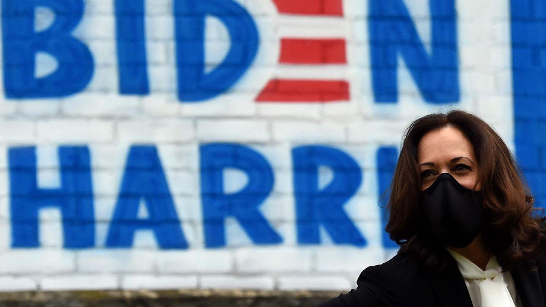 Kamala Harris mit Maske vor Biden-Harris-Malerei beim Wahlkampf in Pennsylvania