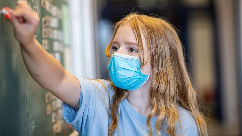 In Hamm gilt an weiterführenden Schulen wieder eine Maskenpflicht im Unterricht (Symbolbild)