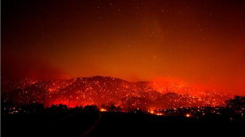 Es sieht aus, als stünden sie in Flammen: Die Juniper Hills in Kalifornien leuchtenunter rauchigem Himmel feuerrot