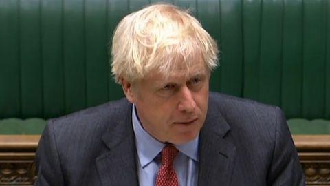 Mit blonden, verstrubbelten Haaren spricht Boris Johnson im britischen Parlament. Hinter ihm eine mit grünem Leder bezogene Bank