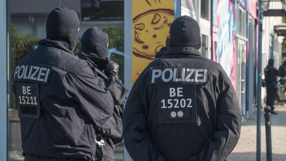 Polizisten bei einer Razzia in Berlin