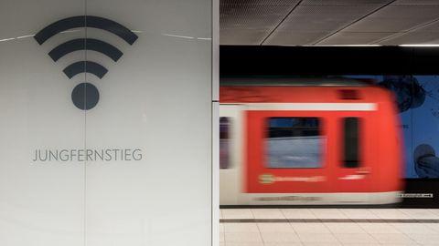 Ein Wlan-Symbol neben einem S-Bahn-Waggon