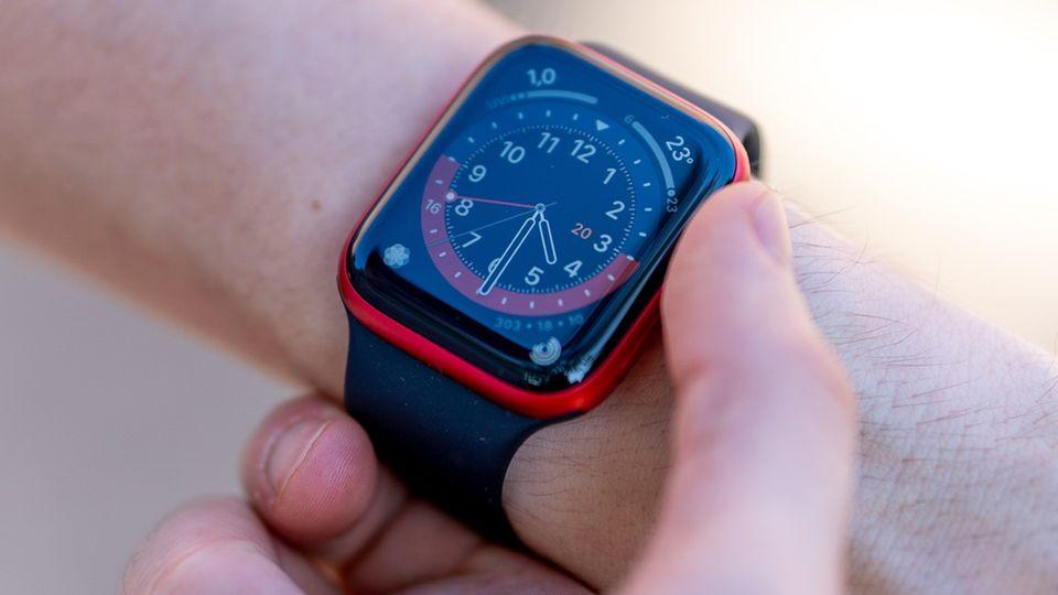 Die Apple Watch Series 6 hat ein Display, das sich im direkten Sonnenlicht besser ablesen lässt.