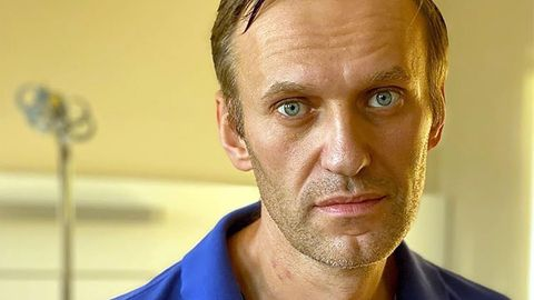 Die Spuren der Vergiftung stehen Alexej Nawalny ins Gesicht geschrieben