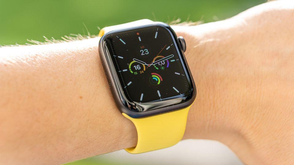 Hier zu sehen: Das 44-mm-Modell der Apple Watch SE