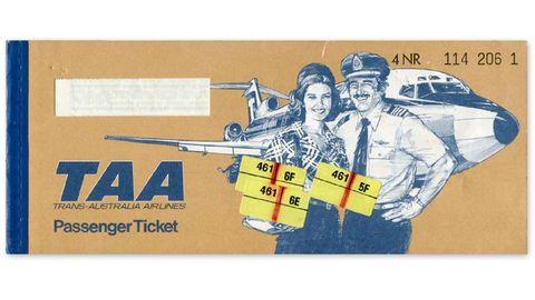 Trans Autstralia Airlines, Australien, 1976  Flugbegleiterin und Pilot präsentieren Flugnummer und Sitzplatz auf der Tickethülle mit einer Boeing 727 im Hintergrund. Die australische Airline existierte bis 1992, als das Unternehmen von Qantas übernommen wurde.