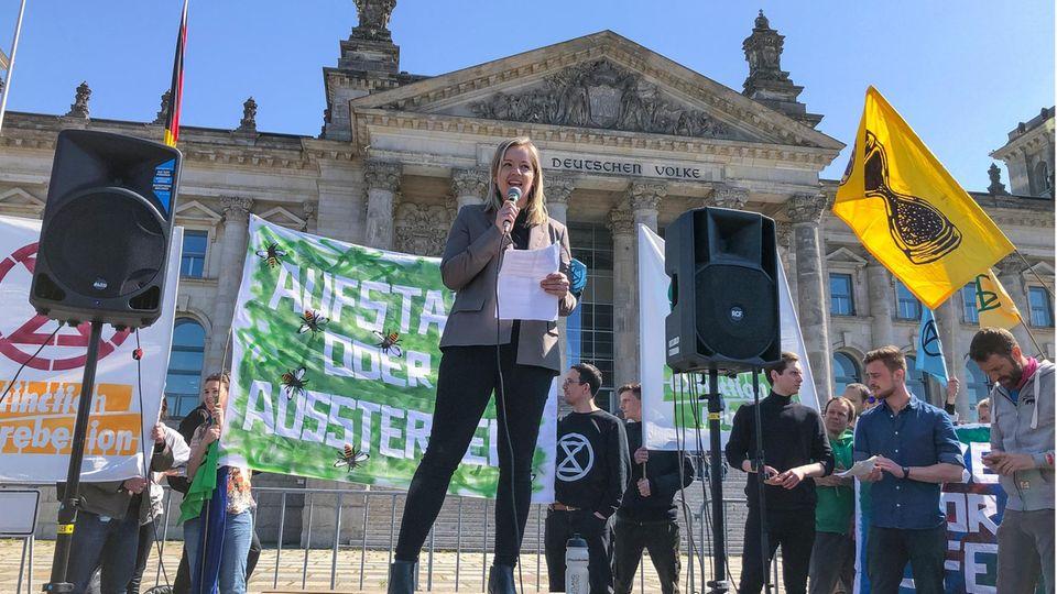 Annemarie Botzki hält eine Rede auf dem Platz der Republik