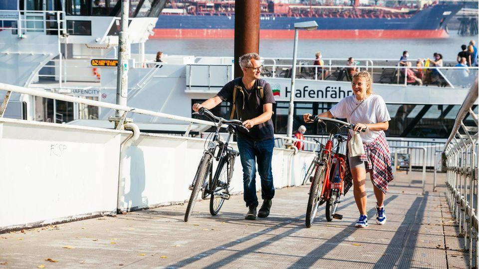 Gunnar Herbst und Leonie Bremer an einer Fähranlegestelle