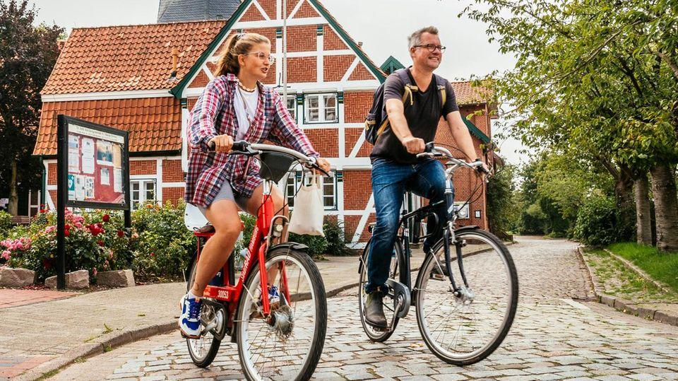 Leonie Bremer und Redakteur Gunnar Herbst auf dem Fahrrad
