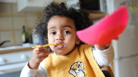 Ein Kind isst Joghurt