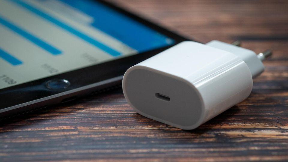 Im Lieferumfang des iPad 8 ist nun ein 20-Watt-Netzteil enthalten.