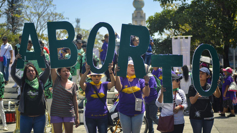 Frauen demonstrieren in San Salvador für ein Recht aufAbtreibung