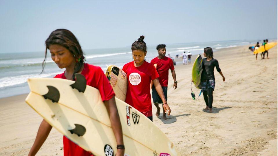 Surferinnen in Bangladesch