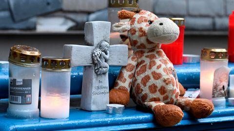Nachrichten aus Deutschland: Stofftier, Kerzen und ein Kreuz auf einer Treppe
