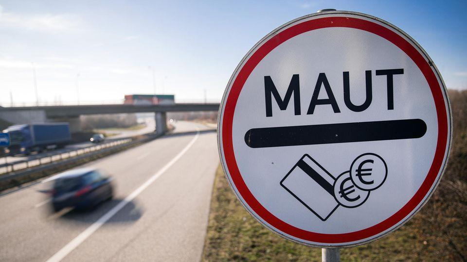 Ein Verkehrsschild weist Autofahrer auf die Maut hin