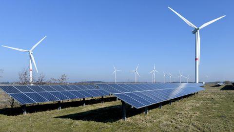Windkraft- undSolarstrom-Anlagen im Solarpark Klixbüll in Nordfriesland