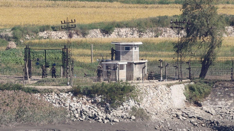 Insel Ganghwa, Südkorea. Es sieht ganz nah aus und ist doch unerreichbar. Der Blick von der Insel im Gelben Meer zeigt nordkoreanische Soldaten am Grenzzaun zum Nachbarn im Süden.